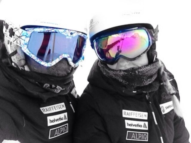 Mit Rebecca (Teamkollegin, links) bei eisiger Kälte auf dem Stubaigletscher