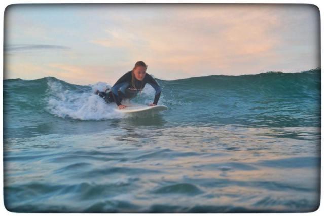 Surfen bei Sonnenuntergang in Peniche